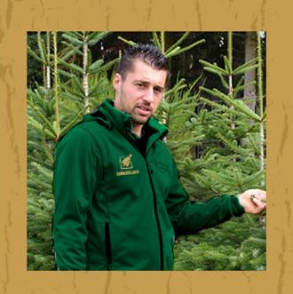 Christian Bohlig vor seinen Weihnachtsbäumen
