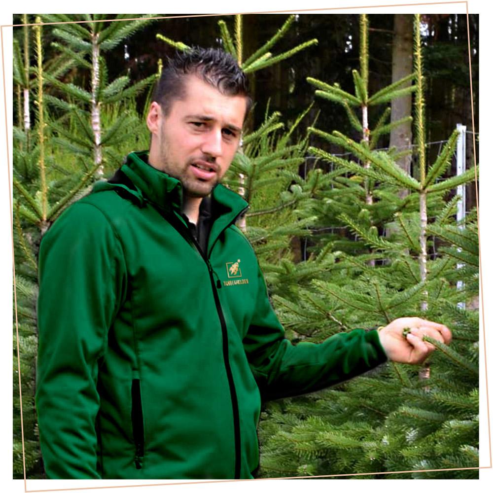 Christian Bohlig vor Weihnachtsbaum